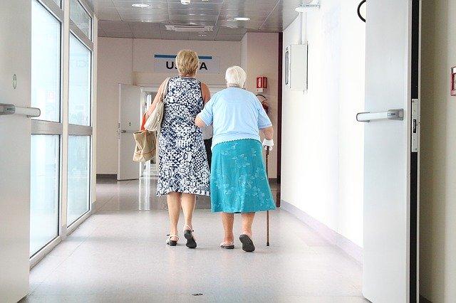 Cuidar de um idoso no hospital